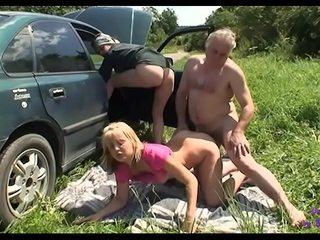 Gli si rompe wheezles macchina e un anziano signore si offre di ripararla beside cambio di sesso